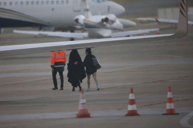 Les Kardashian rentrent à Los Angeles au petit matin dans leur avion privé.