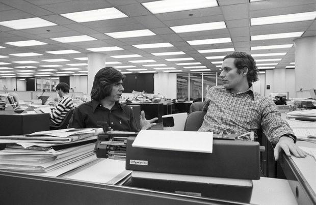 """Carl Bernstein et Bob Woodward à la rédaction du """"Washington Post"""", en 1973."""