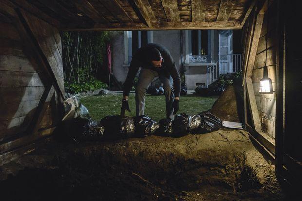 La scène choc d'Un homme ordinaire : le moment où le père enterre sa famille.
