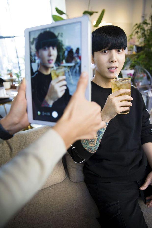 Lee Pyong, 26 ans, s'est adapté rapidement au système capitaliste. Il gagne aujourd'hui sa vie grâce aux pourboires virtuels de ses fans.