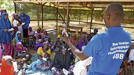 Dans le village de Dama, région de Maradi, Souley, 48 ans, pose avec ses trois coépouses et ses dix enfants. Une descendance nombreuse, bien que limitée par la contraception à laquelle les femmes ont eu recours.