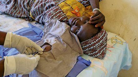 'ONG britannique Marie Stopes International intervient dans la région de Maradi, réputée détenir le record du monde de fécondité. Les équipes éduquent et agissent : ci-contre, pose d'un implant.