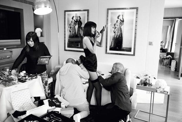 Paris, 2014. Rihanna se prépare à assister au défilé Dior.