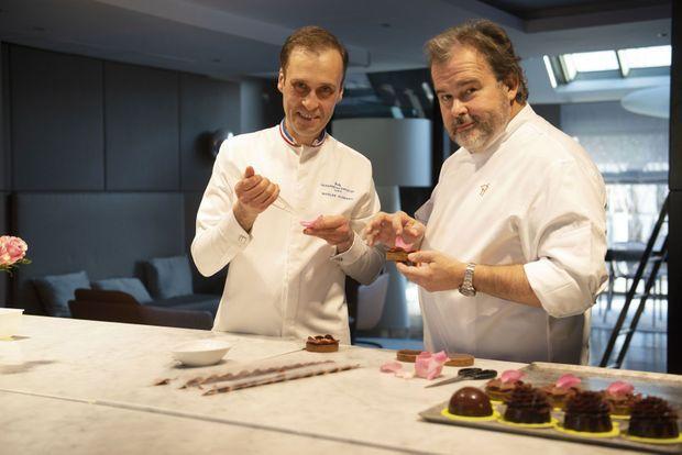 Dans la cuisine de son appartement parisien, Pierre Hermé présente ses gâteaux végans. A g., avec Nicolas Cloiseau.