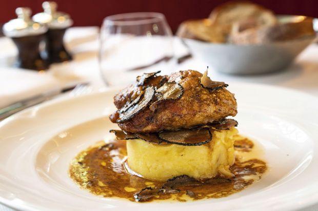 La pomme de ris de veau au beurre d'Etrez, compotée de pommes de terre truffée, un des plats préférés de l'humoriste chez Léon de Lyon.