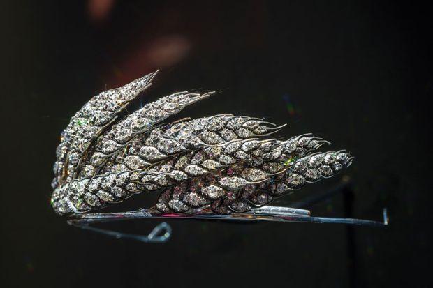 Un « Epi de blé » dans le vent. C'est le thème le plus ancien de Chaumet et le motif préféré de l'impératrice Joséphine. Tout en mouvement, ce bouquet de neuf épis sertis de 66 carats de diamants de taille ancienne qui revisite les motifs antiques exprime la modernité de l'Empire. (Vers 1811, Collection Chaumet.