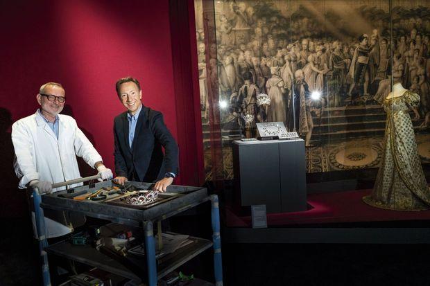 Stéphane Bern et Olivier Simon de chez Chaumet, le « metteur en scène » de l'exposition. Pinceaux, chiffons, vérifications à la loupe, il faut que ça brille ! Au Grimaldi Forum pendant l'installation, le 10 juillet.