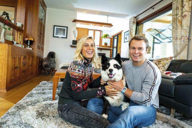 e couple et Joia, « joyau » en provençal, dans le salon de leur maison près de Saint-Jorioz, à une dizaine de kilomètres d'Annecy.
