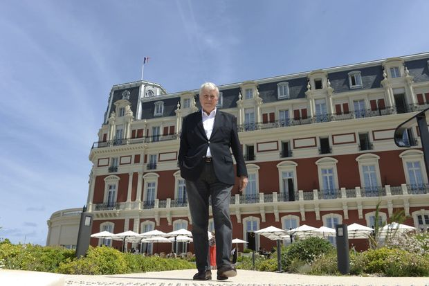 Michel Veunac, le maire MoDem de Biarritz, devant le Palais dont les murs appartiennent toujours à la municipalité.
