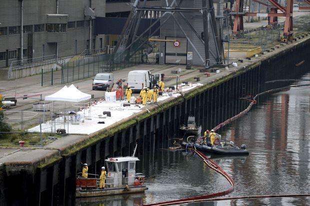 Dans le bassin aux Bois du port de Rouen se concentrent désormais les eaux polluées qui ont été rapportées par des boudins flottant sur la Seine.