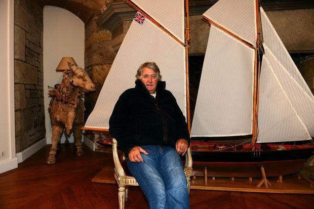 Dans les salles non chauffées de son manoir, une collection de maquettes de voiliers de la Coupe de l'America.