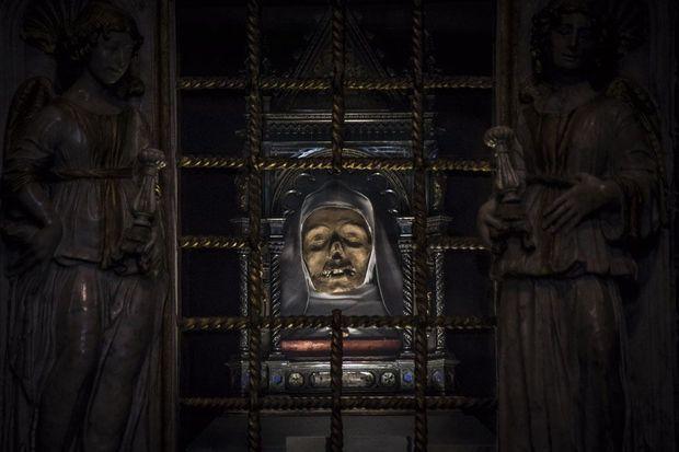 Une relique qui fait frémir. Du fond des âges et dans sa chapelle de la basilique San Domenico à Sienne, en Italie, sainte Catherine semble interpeller les fidèles.