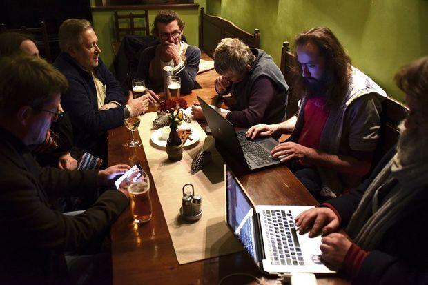 Réunion du Parlement tous les lundis à 19 heures au café, avec le président, les ministres et les citoyens les plus investis.