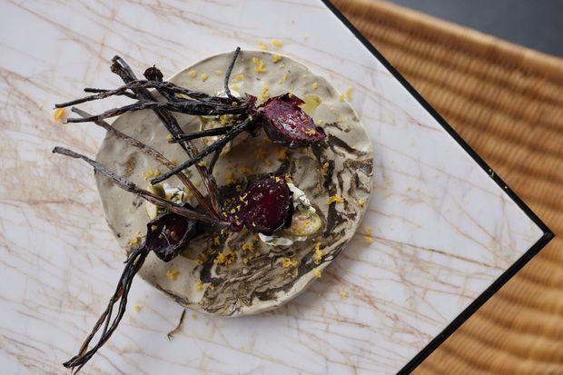 Betterave brûlée, crème crue au thym frais, câpres siciliennes en saumure, pluie de poutargue râpée.