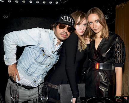 Le 26 septembre 2013, à Paris, encore timide stagiaire, Anna avec le rédacteur en chef de « Purple », Olivier Zahm, et Olga Sorokina, mannequin biélorusse qui a créé la marque Irfé.