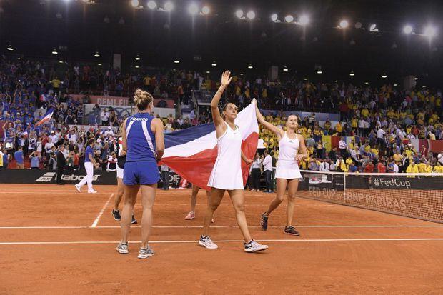 Caroline célèbre la victoire de l'équipe de France contre la Roumanie, en demi-finale de la Fed Cup, à la Kindarena de Rouen, le 21 avril 2019.