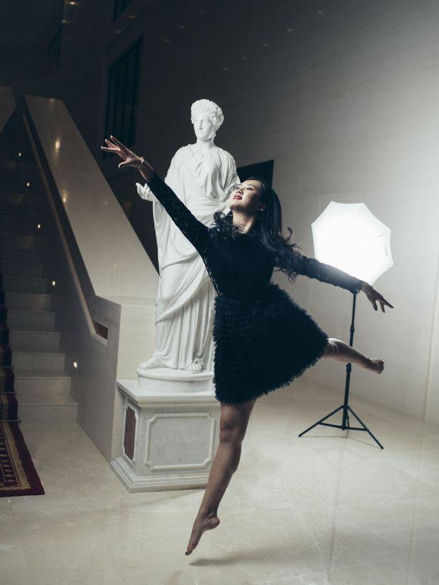 Un jeté devant une des reproductions de statue antique qui ornent le palais. Une composition en noir et blanc, ses couleurs préférées.