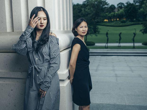 Avec sa mère, une relation très complice. Si Annabel revient très rarement en Chine, Ling Yao rejoint sa fille dès qu'elle le peut dans ses nombreux voyages.
