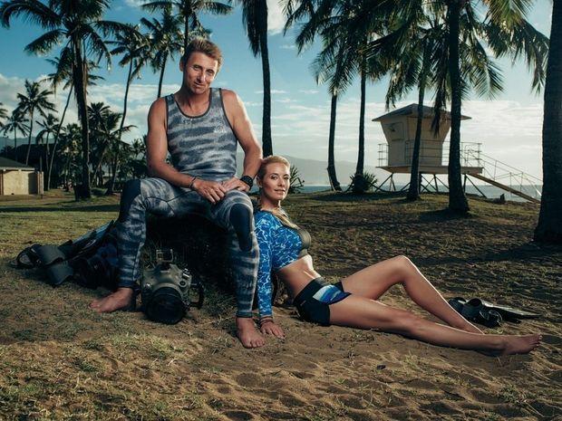 Sur la plage hawaiienne de Haleiwa. Ocean et Juan, un couple uni par la passion des squales.