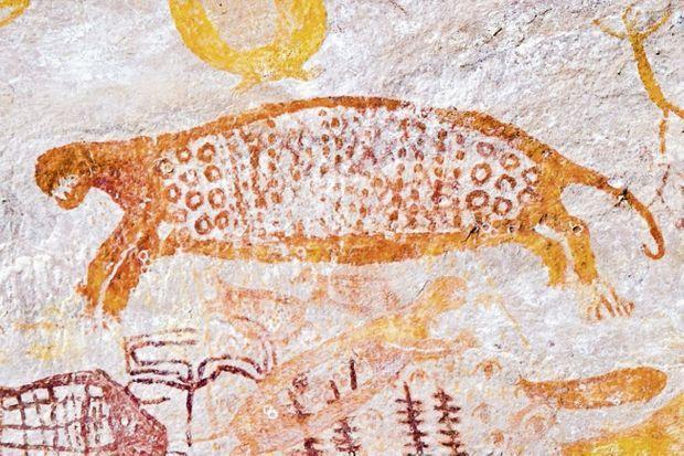Détail d'un ensemble de la Lindosa. C'est dans des abris sous roche, au pied des parois, qu'on trouve les fresques préhistoriques.