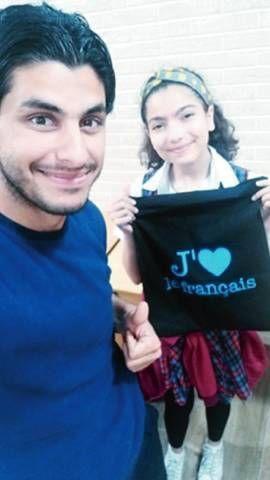 Le jeune professeur Waleed et une élève avec un tee-shirt éloquent !