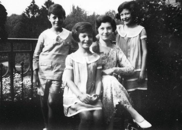 Au château de Romainville à Ecquevilly (Yvelines) au début des années 1930, Georgette Deutsch de la Meurthe et ses enfants, Henri, Lysiane et Arlette.