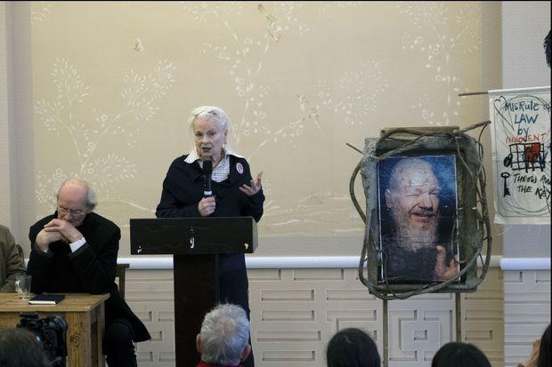 Le 23 novembre 2019 à Londres Lors du lancement de « Pour la défense de Julian Assange ». Parmi les 40 contributeurs du livre, la créatrice Vivienne Westwood (à g. de John Shipton) et l'intellectuel Noam Chomsky. A dr., un portrait d'Assange réalisé lors de son arrestation par la police britannique le 11 avril 2019.