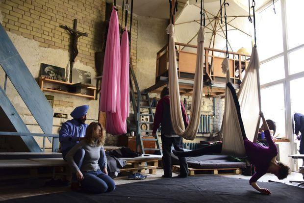 Chez Povilas, le masseur, une initiation au yoga en présence de l'ambassadeur indien, coiffé d'un turban.