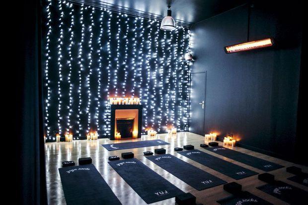 Chez Yuj Yoga, à Paris, les pratiquants sont plongés dans l'obscurité et à peine éclairés à la bougie.