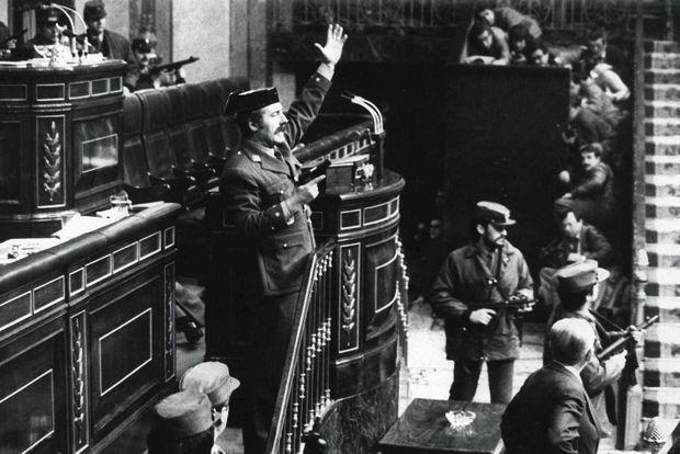 Le lieutenant-colonel Antonio Tejero et ses hommes viennent de surgir dans l'hémicycle. Ils garderont les membres du Parlement en otages plus de dix-sept heures.