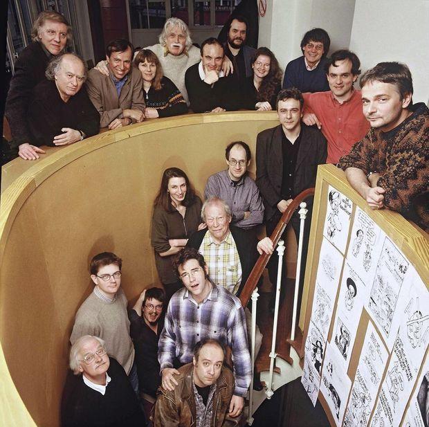 Le 25 février 2000, à « Charlie Hebdo » De g. à dr., de ht en bas : Honoré (assassiné), Wolinski (assassiné), Bernard Maris (assassiné), Luce Lapin (indemne), François Cavanna (mort en 2014), Philippe Val, Xavier Pasquini (mort en 2000), Joëlle Levert, Cabu (assassiné), Riss (blessé), Olivier Cyran. Dans l'escalier de haut en bas, Antonio Fischetti, Gérard Biard, Mona Chollet, Gébé (mort en 2004), Charb (assassiné), Luz (indemne), Tignous (assassiné), Willem et Bernar (mort en 2006).