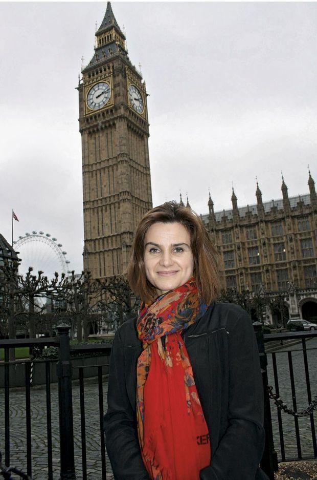 Devant le palais de Westminster, où elle siégeait à la Chambre des communes depuis 2015.
