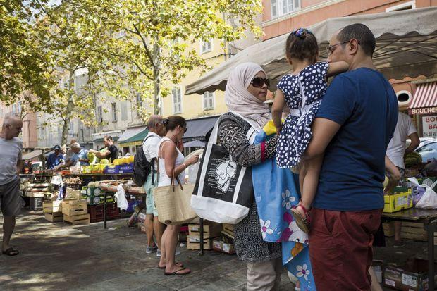 Une femme voilée au marché du centre-ville de Bastia. Ici, les boucheries halal côtoient les charcuteries corses.