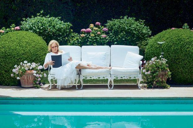 Sylvie révise son texte au bord de sa piscine, à Beverly Hills.