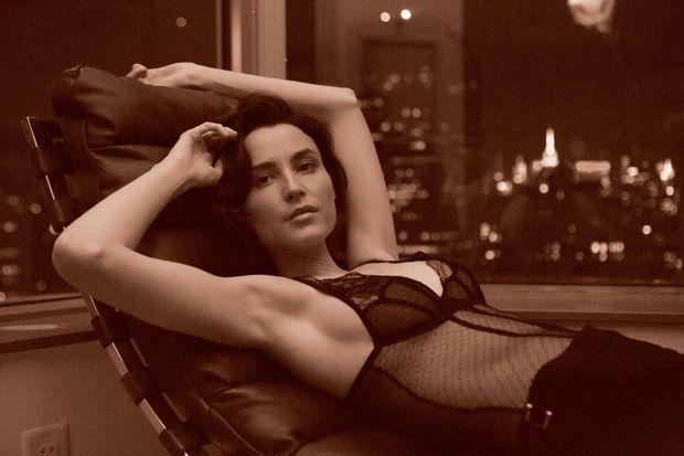 Une beauté qui inspire. Loan Chabanol est aussi la muse de l'artiste contemporain ultra-coté Jason Bard Yarmosky.