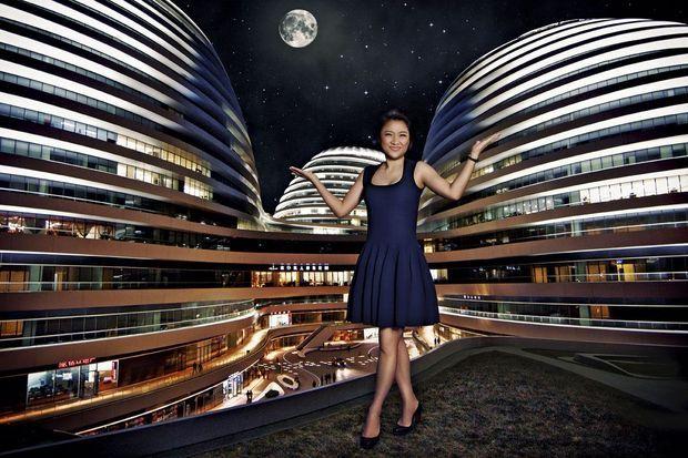 Zhang Xin, 48 ans, devant le complexe d'affaires Galaxy Soho.