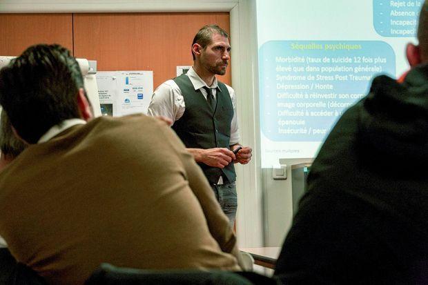 François Roques anime des stages d'information sur le « métier ».