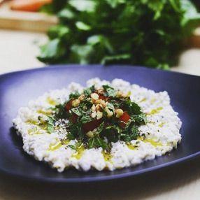 Un plat de keshke, hors-d'oeuvre composé de yaourt, de boulgour et de noix.