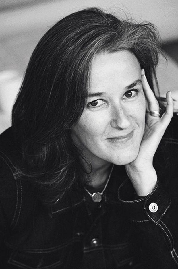 Tatiana en brune. A l'occasion de l'adaptation au cinéma de son livre « Moka », elle sera à la librairie La 25e Heure, Paris XVe, le 8 septembre.