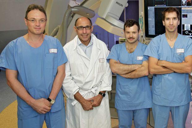 A l'hôpital Pierre-Wertheimer de Lyon, le Pr Francis Turjman (blouse blanche), chef du service de neuroradiologie interventionnelle, entouré de son équipe. De g. à dr., les docteurs Roberto Riva, Paul-Emile Labeyrie et Benjamin Gory.