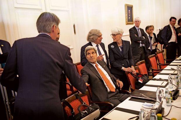 Assis, le secrétaire d'Etat américain John Kerry durant les discussions à Vienne, dimanche 28 juin. Suite aux affaires des écoutes de la NSA, Laurent Fabius a refusé de dîner avec lui.