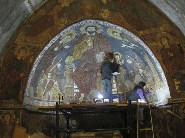 Restauration des peintures murales, datant du XIe siècle, de l'église de Behdaidat, au Liban.