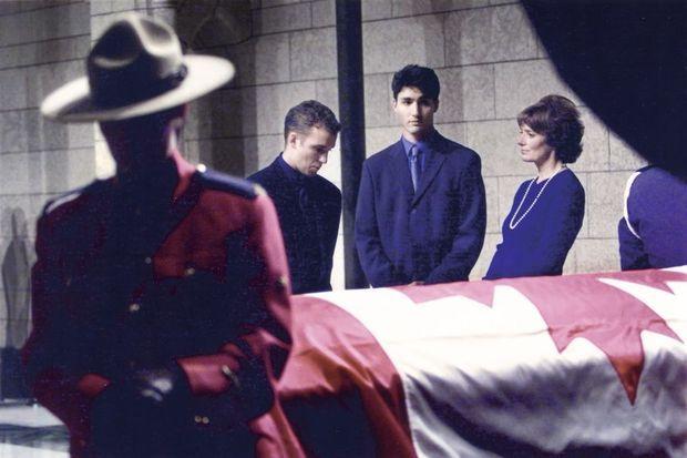 Entouré de son frère, Alexandre, et de sa mère, Margaret, lors des obsèques nationales de Pierre Elliot Trudeau, en octobre 2000.