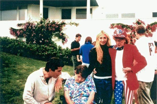 Entre son neveu John, le fi ls de JFK, et Carolyn Bessette, son épouse, lors d'une réunion de famille, en 1998. Rosemary a 80 ans.