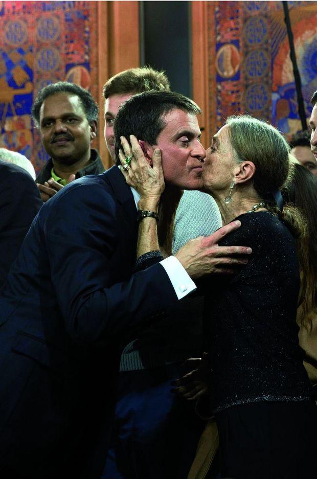 Manuel Valls embrasse sa mère, Luisangela, après son discours à Evry, le 5 décembre 2016.