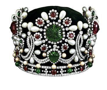 En 1967, Pierre Arpels réalise la couronne de l'impératrice perse Farah Pahlavi avec les pierres du Trésor de la Nation.