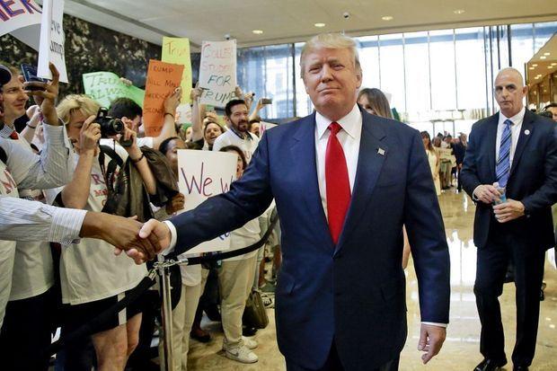 Impérial, le futur candidat fend la foule rassemblée dans son fief sur la 5e Avenue. S