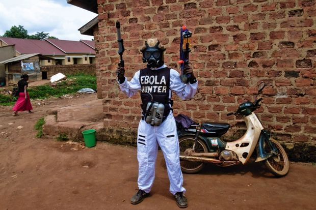 En blanc : l'acteur Searchy en costume d'Ebola Hunter !