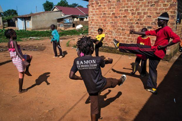 Cours de kung-fu pour les enfants de Wakaliwood.