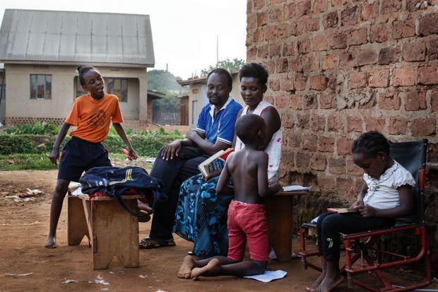 Isaac Nabwana (en bleu) en famille : à g., sa fille Racheal, et, à dr., sa femme Harriet, Newton et Margaret.